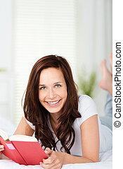 微笑的婦女, 閱讀, 在 床