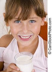 微笑的 女孩, 由于, 杯奶, 看照像機