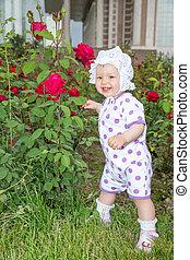 微笑, かなり, 小さい子供, 女の子, ∥で∥, 花, バラ, パークに