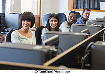 微笑, グループ, 中に, コンピュータクラス