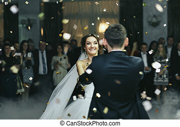 微笑, ダンス, 雨, 花嫁, 間, 紙ふぶき