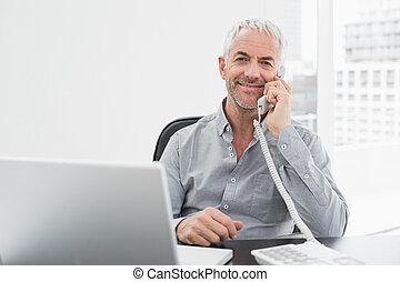 微笑, ビジネスマン, 上に, 呼出し, 前部, の, ラップトップ, ∥において∥, オフィス机