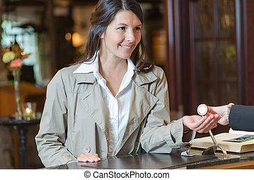 微笑, ホテルの ゲスト, 女性, ロビー