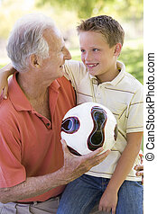 微笑, ボール, 屋外で, 孫, 祖父