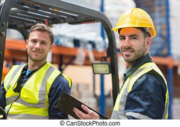 微笑, 倉庫, 労働者, そして, フォークリフト, 運転手