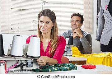 微笑, 労働者, モデル, ∥において∥, ワークベンチ, 中に, 裁縫, 工場