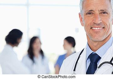 微笑, 医生, 带, 他的, 医学, 拘留, 在后面, 他