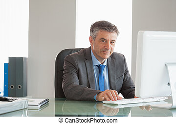 微笑, 商人, 使用計算机, 在, 辦公室