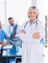 微笑, 女性 醫生, 由于, 同事, 在, 會議