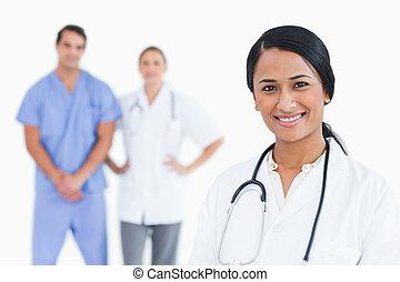 微笑, 女性 醫生, 由于, 同事, 後面, 她