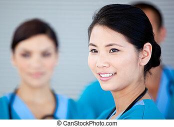 微笑, 女性 醫生, 由于, 她, teamates