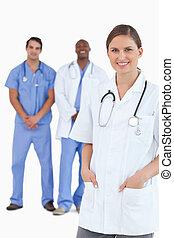 微笑, 女性 醫生, 由于, 男性, 同事, 後面, 她