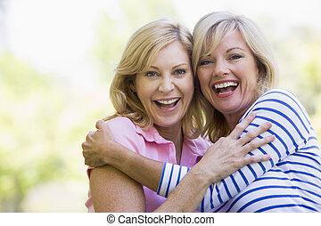 微笑, 女性, 2, 抱き合う, 屋外で