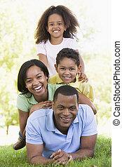 微笑, 家族, あること, 屋外で