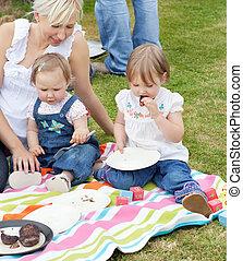 微笑, 家族, ピクニックをする, 一緒に