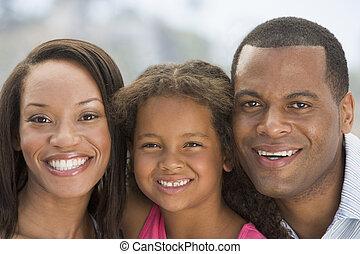 微笑, 家族, 屋外で