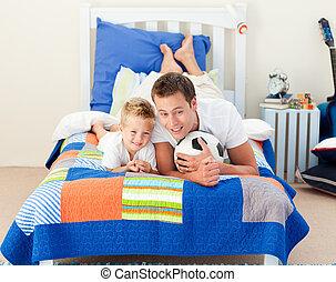 微笑, 小男孩, 以及, 他的, 父親, 觀看, a, 足球比賽