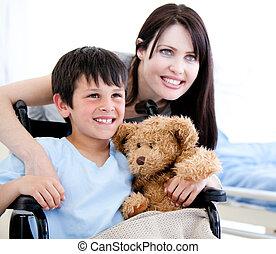 微笑, 小男孩, 在, a, 輪椅, 由于, 他的, 母親