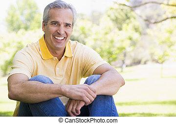微笑, 屋外で, 人間が座る