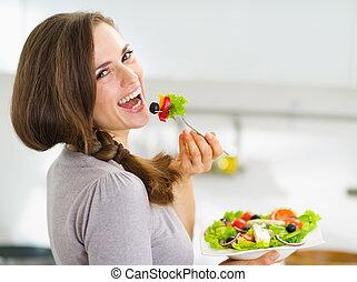 微笑, 年輕婦女, 吃, 新鮮, 沙拉, 在, 現代, 廚房