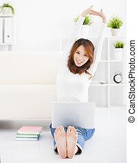 微笑, 年輕婦女, 在地板上坐, 由于, 膝上型