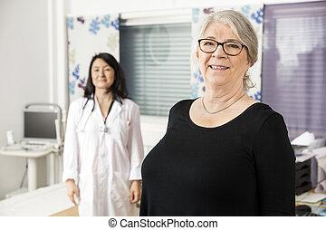 微笑, 年長者, 病人, 站立, 由于, 醫生, 在, 背景