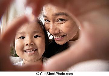 微笑, 心, アジア人, 作成, mom., 女の子, ジェスチャー, わずかしか, 赤ん坊