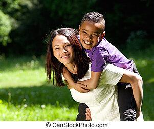 微笑, 息子, 屋外で, 一緒に, 母