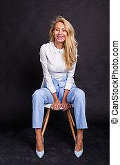 微笑, 概念, モデル, 上に, 人々, -, 若い女性, 黒い背景, 椅子, ファッション, ブロンド