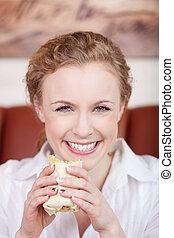 微笑, 白膚金發碧眼的人, 婦女吃, 包裹