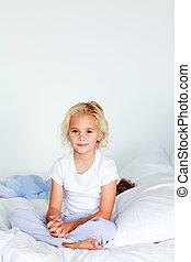 微笑, 白膚金髮, 女孩, 坐, 上, a, 床