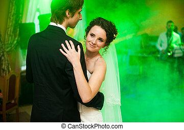 微笑, 花嫁, 顔つき, から, ∥, groom's, 肩, 間, ダンス