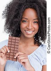 微笑, 若い女性, ∥で∥, 巻き毛の髪, チョコレートを握ること, バー