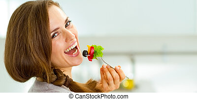 微笑, 若い女性, 食べること, 新たに, サラダ, 中に, 現代, 台所