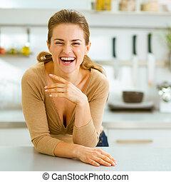 微笑, 若い, 主婦, 中に, 現代, 台所