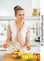微笑, 若い, 主婦, 作成, フルーツサラダ, 中に, 台所