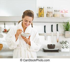 微笑, 若い, 主婦, 持つこと, 健康に良い朝食, 中に, 現代, 台所