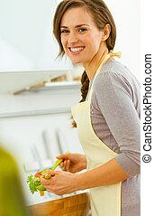 微笑, 若い, 主婦, 混合, サラダ, 中に, 現代, 台所