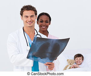 微笑, 醫生和護士, 檢查, an, x光, 以及, a, 在床里的孩子