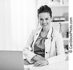 微笑, 醫生, 婦女, 在, 辦公室