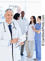 微笑, 醫生, 指向, a, 詞, 上, 他的, 剪貼板