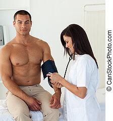 微笑, 醫生, 檢查, the, 血壓, ......的, a, 病人