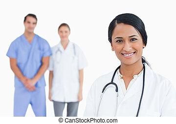微笑, 醫生, 由于, 同事, 後面, 她