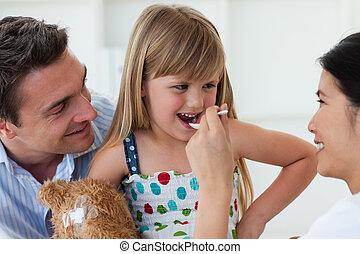 微笑, 醫生, 給, medecine, 到, a, 孩子