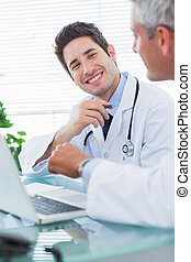 微笑, 醫生, 談話, 一起, 大約, 某事, 上, 他們, 膝上型, 在, 醫學的辦公室