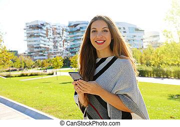 微笑, 間, 電話, 女性実業家, 彼女, 保有物のカメラ, 見る, 美しい, モビール, 若い, 手。