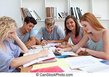 微笑, 青少年, 學習, 在, the, 圖書館