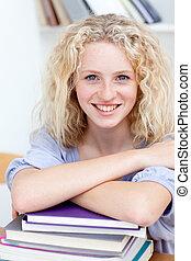 微笑, teeenager, 學習, 簽, ......的, 書, 在, the, 圖書館