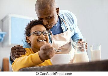 心づかい, わずかしか, 彼の, 父, 若い, 抱き合う, 息子, 朝食