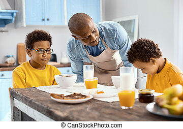 心づかい, 彼の, 混乱, 父, 息子, 話し, 朝食